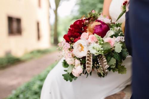 herbstlicher Hochzeitsstrauß mit Federn verziert