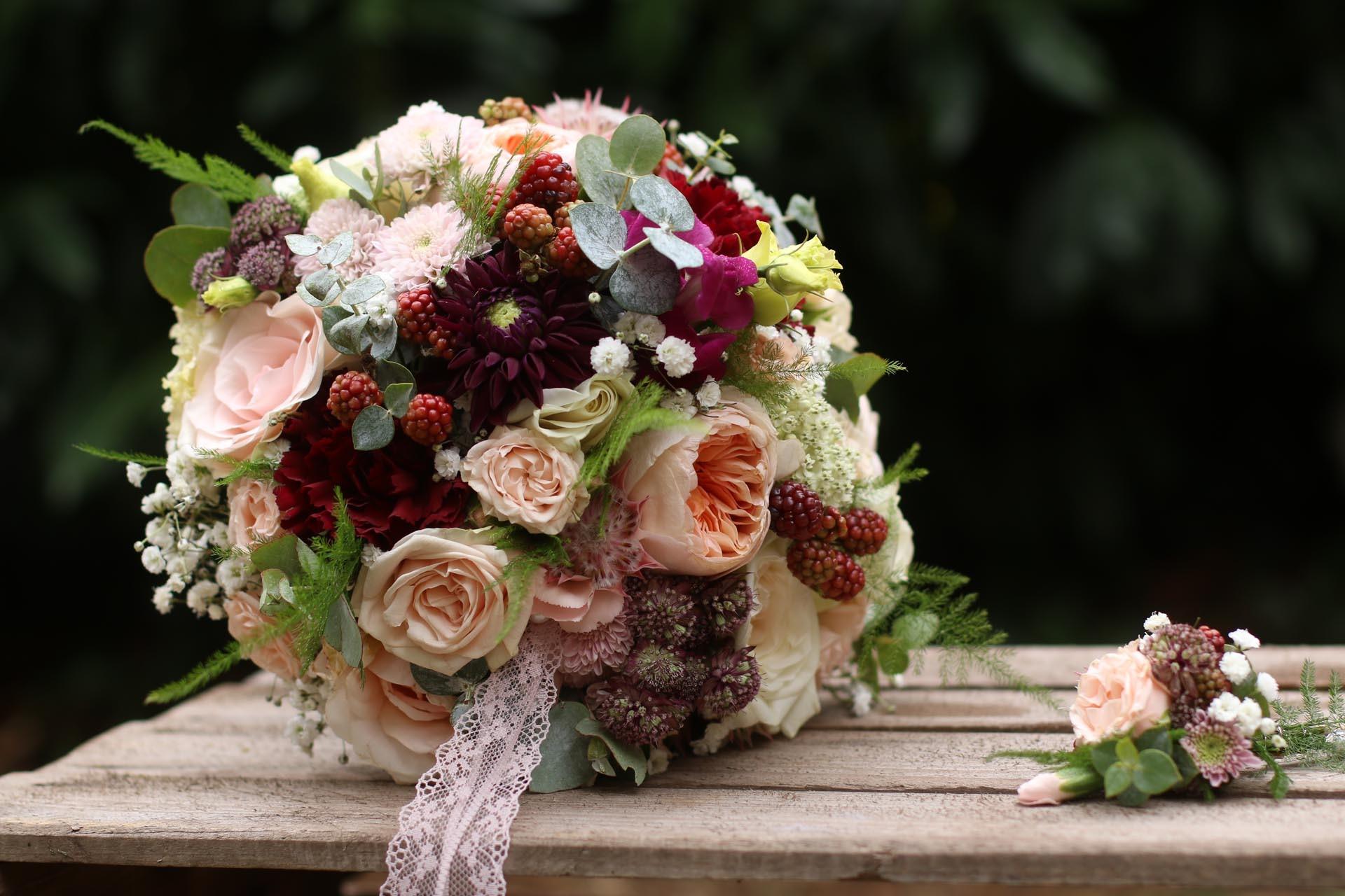herbstliche Brautkugel mit Pfingstrosen und Brombeeren