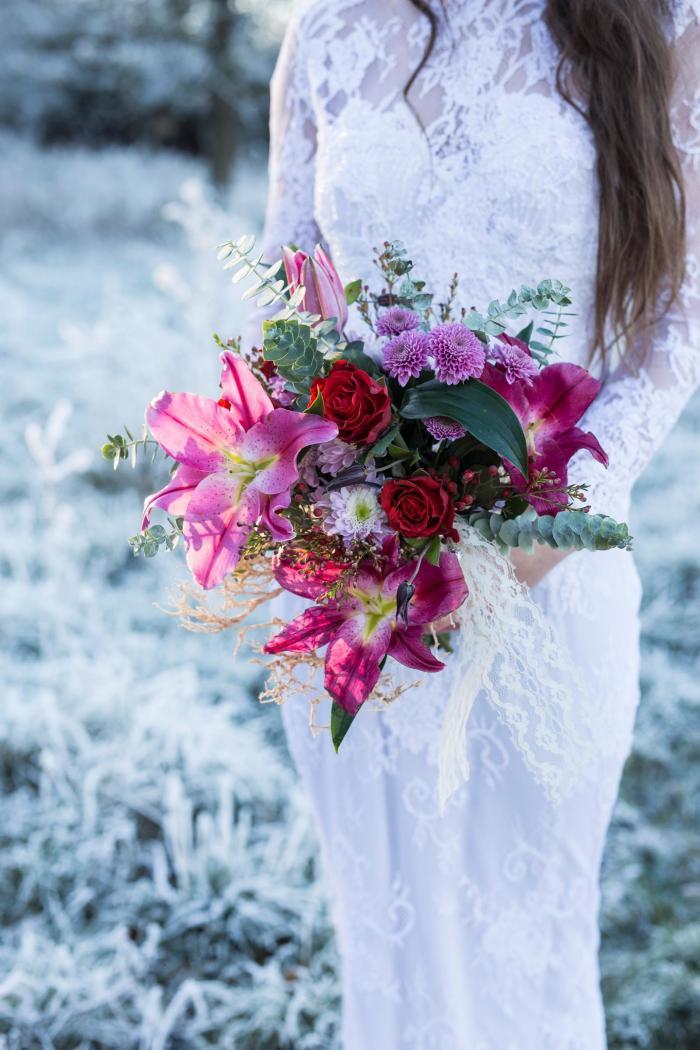 Moderner Hochzeitsstrauss mit Lilien und Rosen
