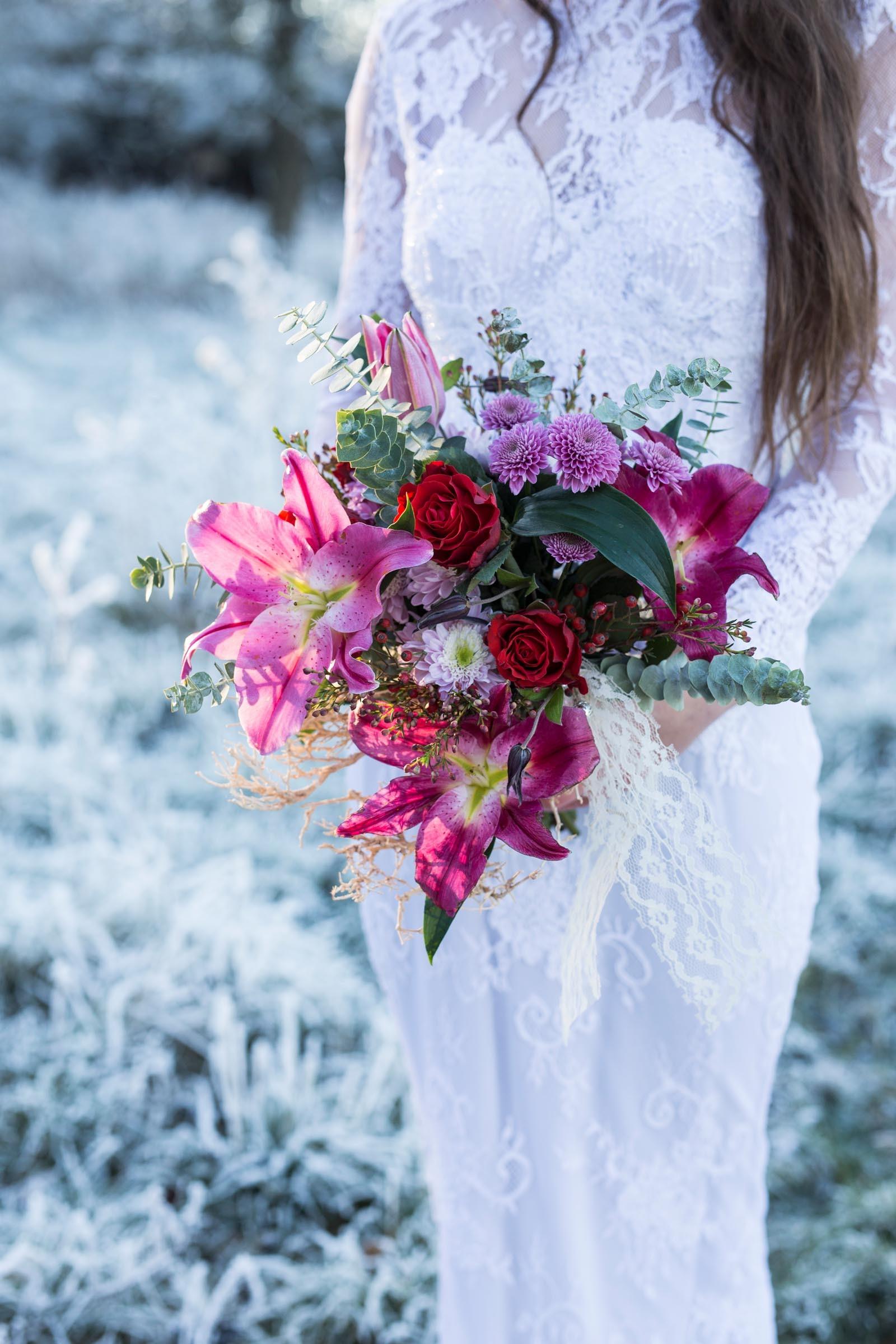 Moderner Hochzeitsstrauss Mit Lilien Und Rosen Heiraten Mit Braut De