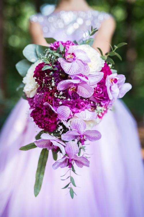 Brautstrauß-Tropfen modern mit Orchideen und Hahnenkamm