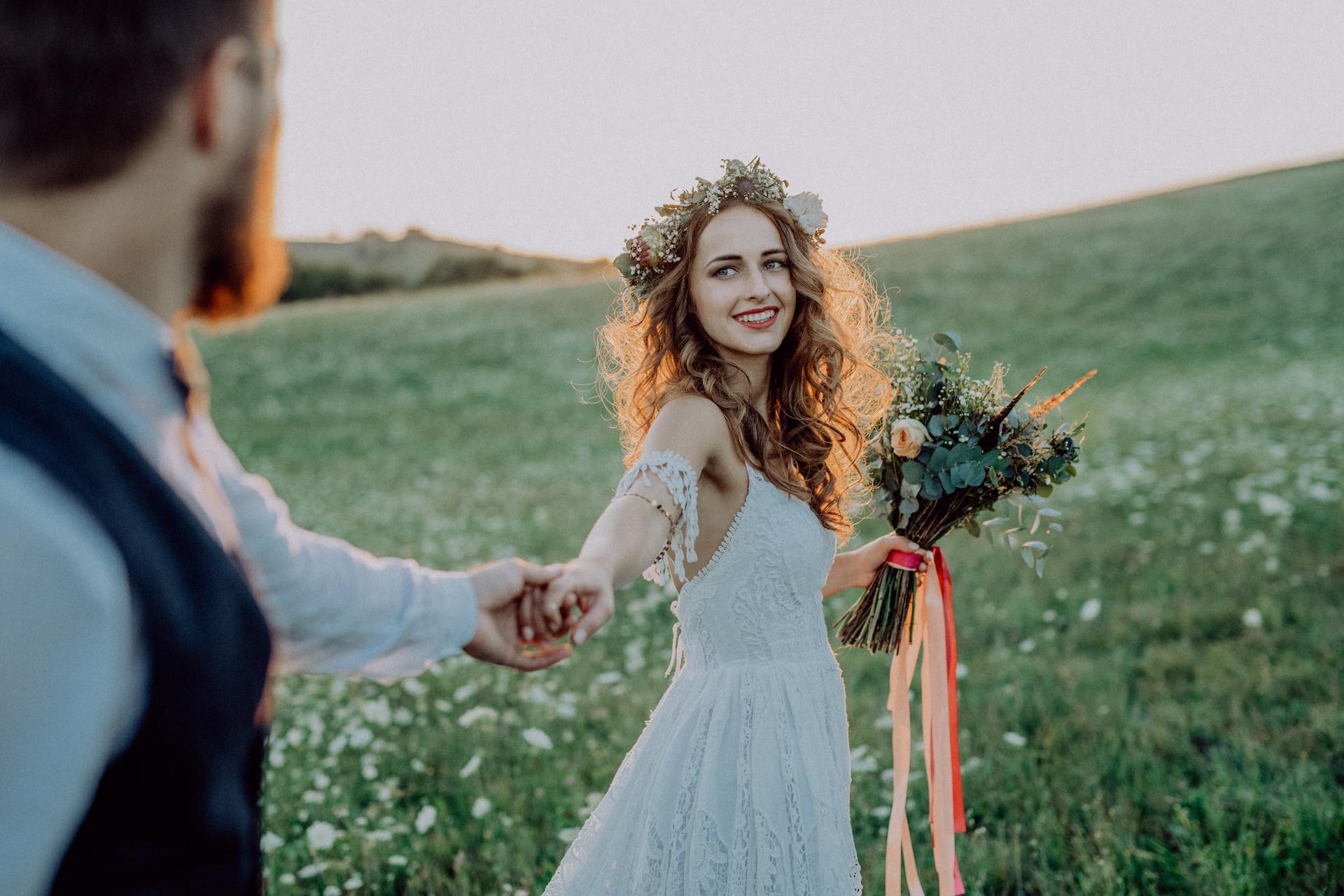 moderne Braut mit Blumenkranz