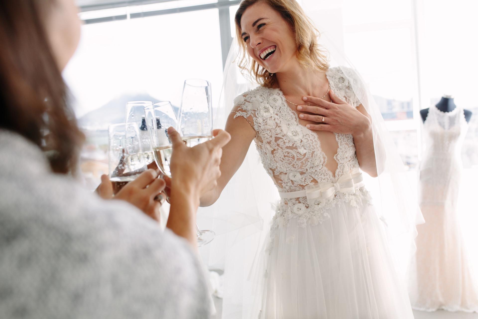 Brautkleidanprobe mit Freunden