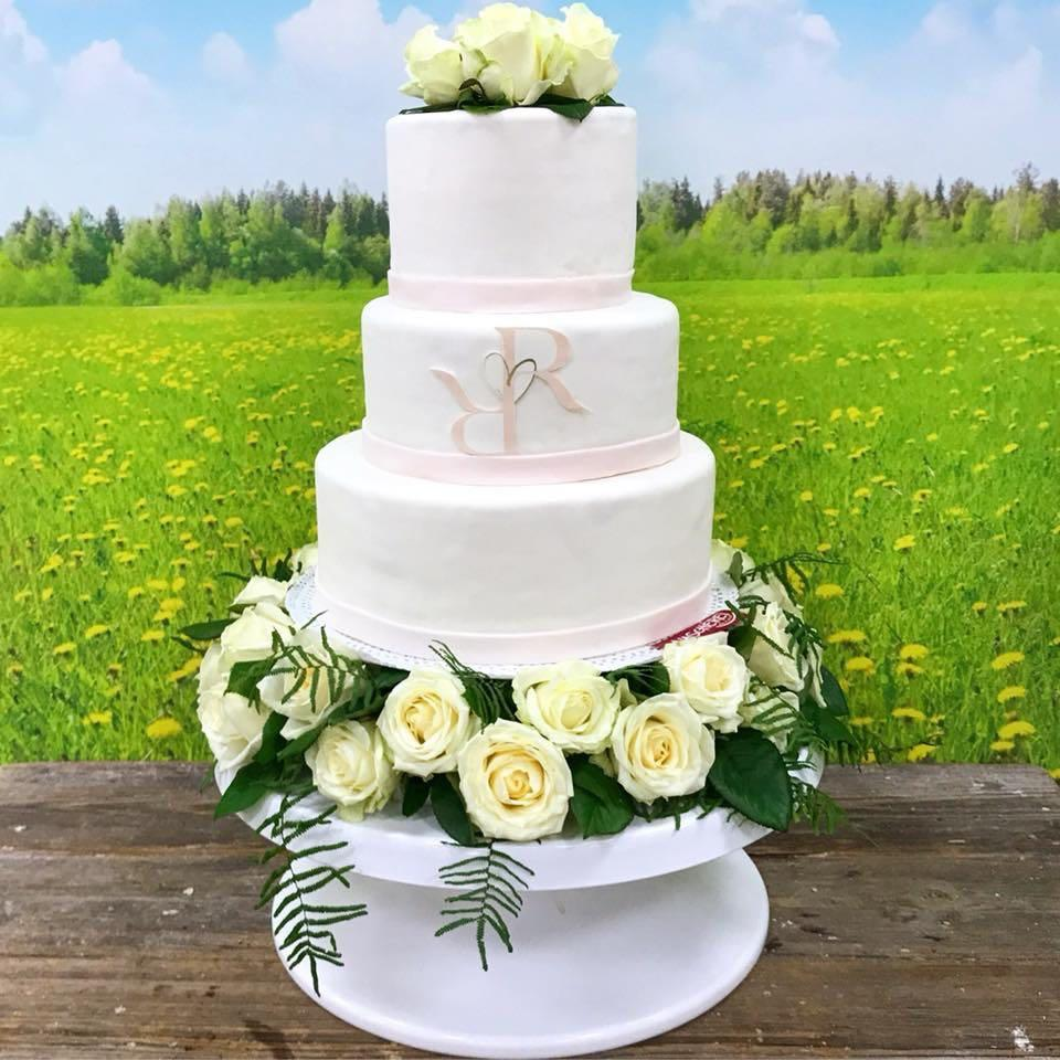 moderne Hochzeitstorte mit Blumen