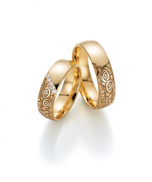 moderne, romantische Trauringe aus Apricotgold mit Brillanten und Blumenmuster
