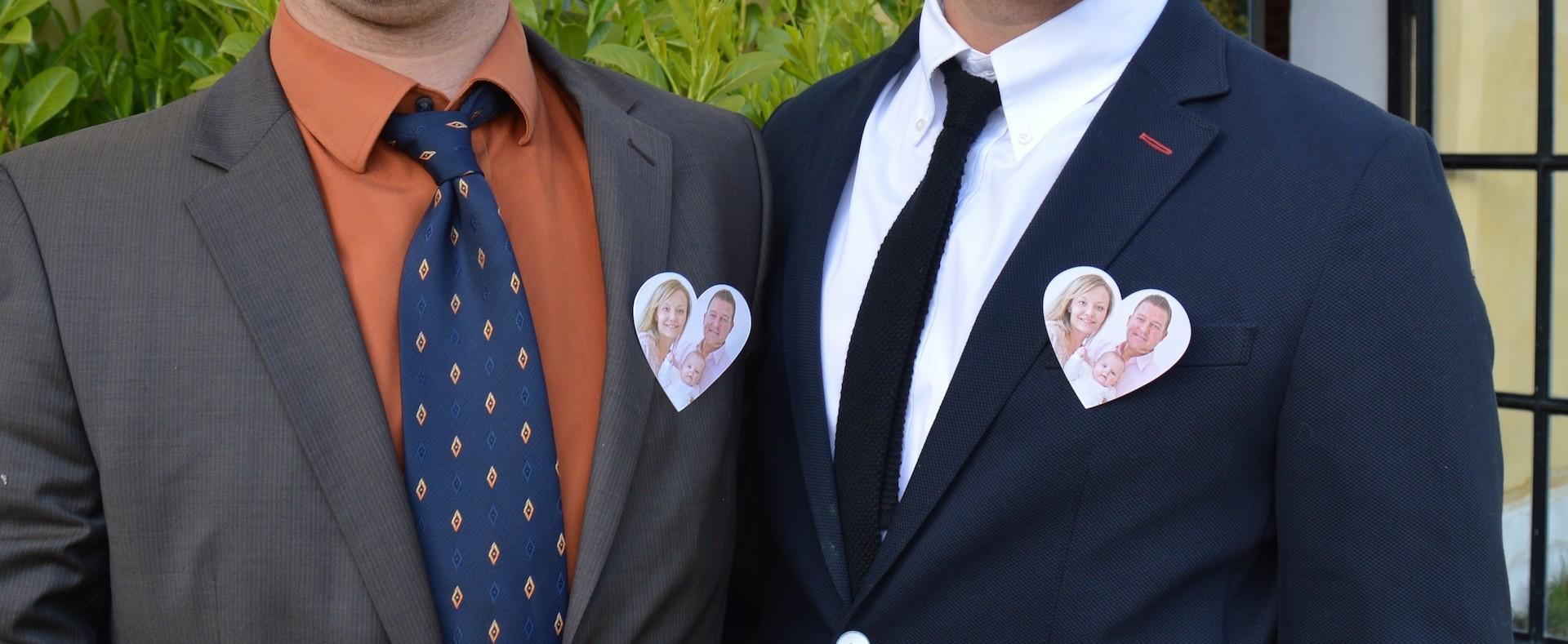 Fotoanstecker mit dem Bild des Brautpaares