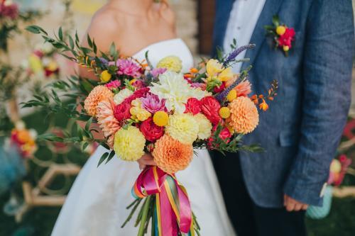 auffallend bunter Brautstrauß