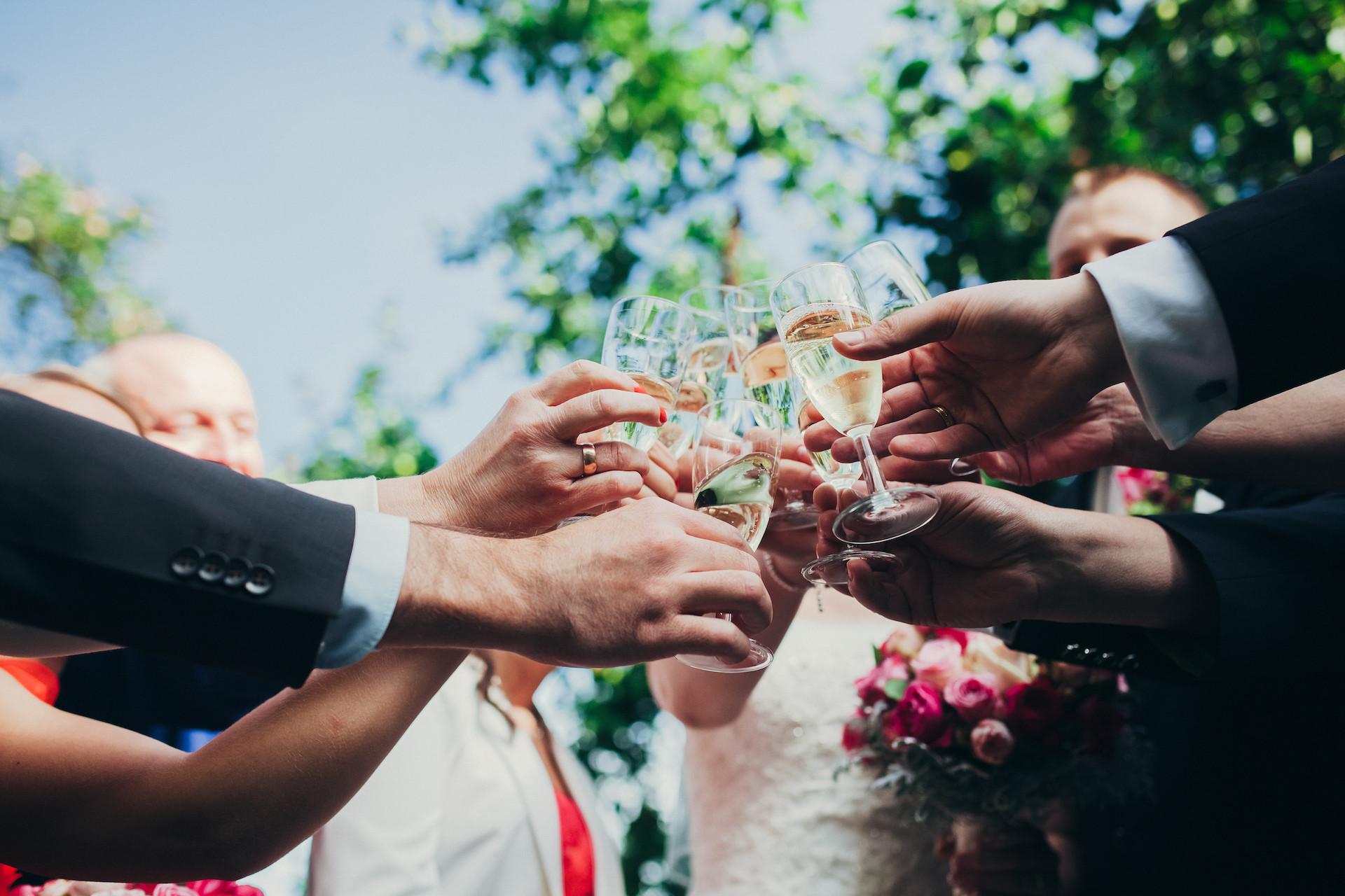 Hochzeitsgäste auf Hochzeitsfeier