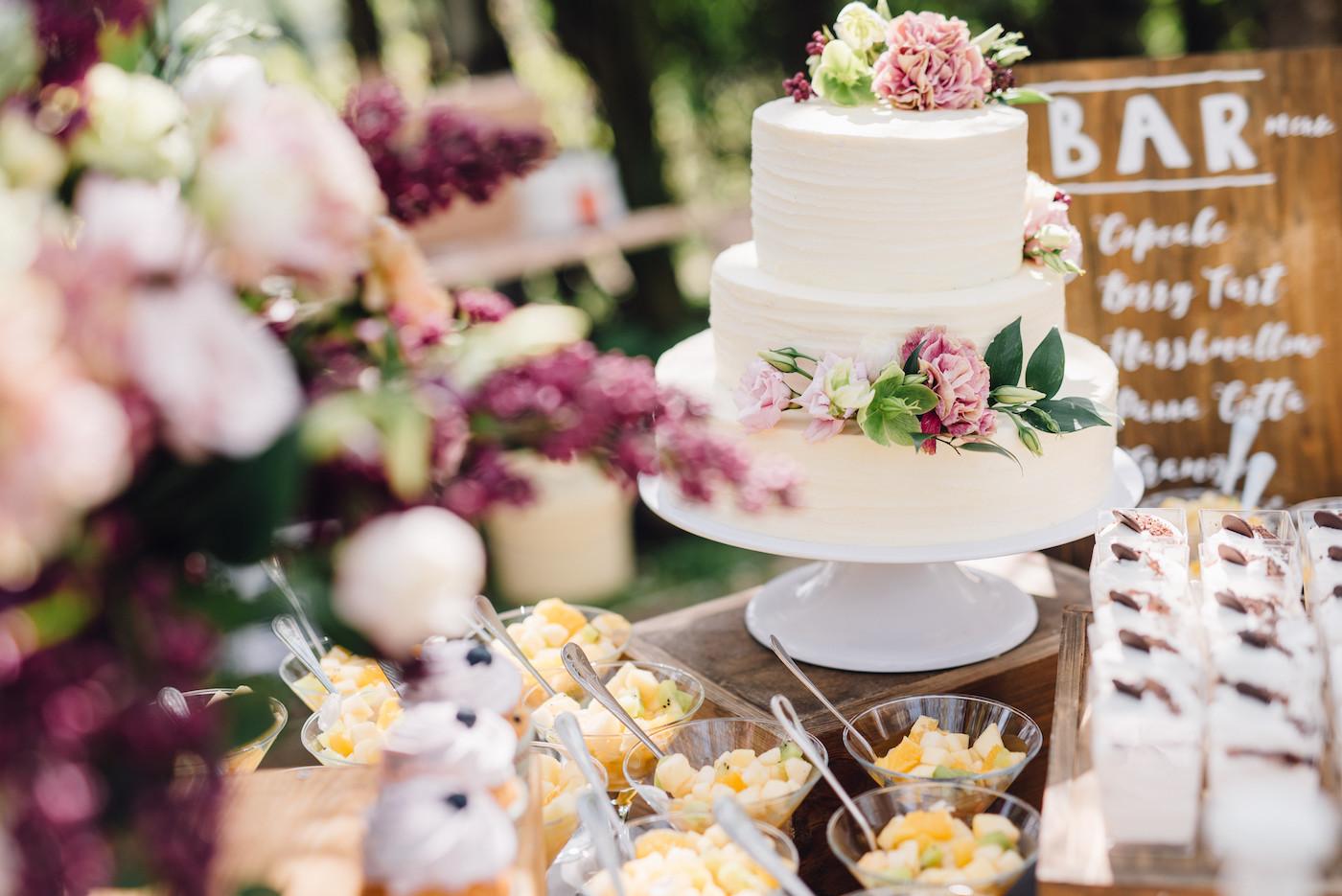 Hochzeitstorte und Candybar