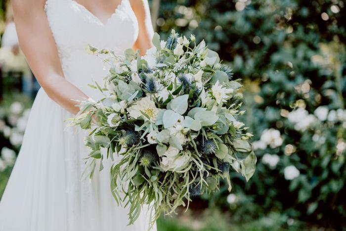 grüner Brautstrauß mit Disteln