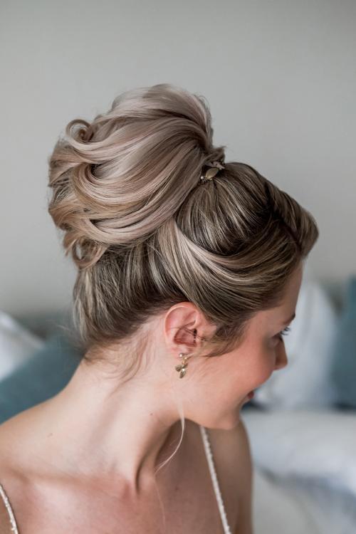 Klassisch-elegante Brautfrisur mit hohem Bun