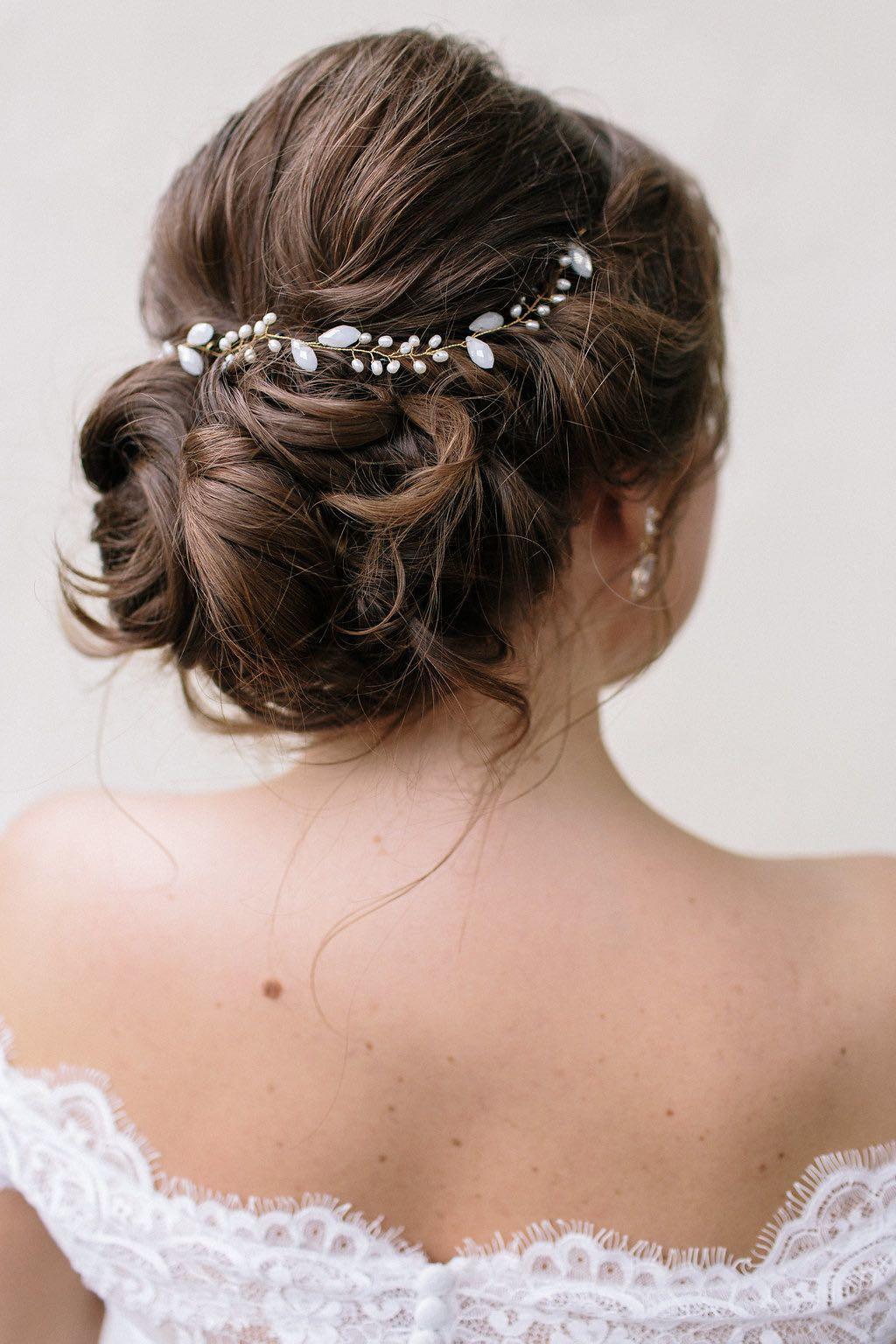 klassische Hochzeitsfrisur mit Perlenband