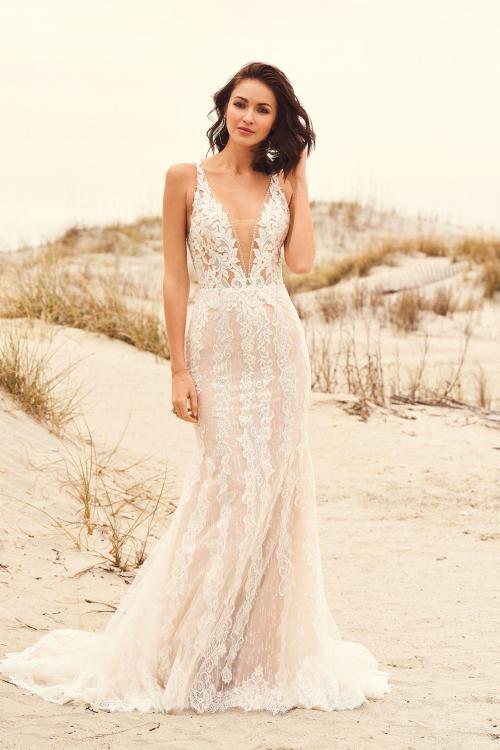 Brautkleid mit langer Schleppe aus Spitze, Vorderansicht