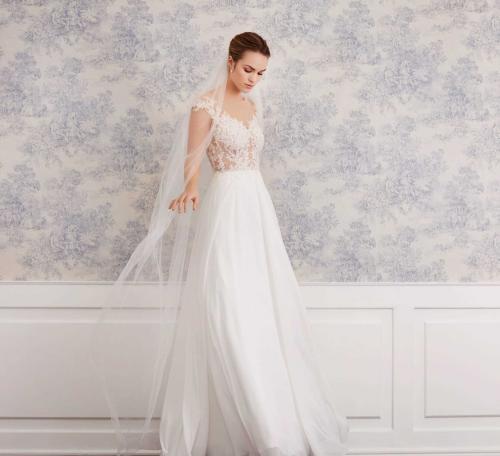 Fließendes, cremefarbenes Brautkleid mit transparentem Spitzentop und Tattoo-Effekt von Lilly, Modell 08-4062