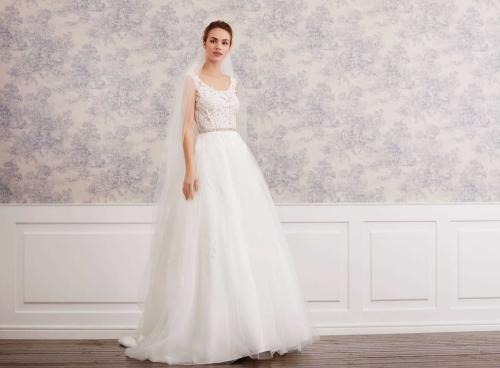 Brautkleid in Creme im Prinzessschnitt mit Tüllrock, transparentem Spitzentop, Rundhalsausschnitt und Gürtel von Lilly, Modell 08-4005, Vorderansicht