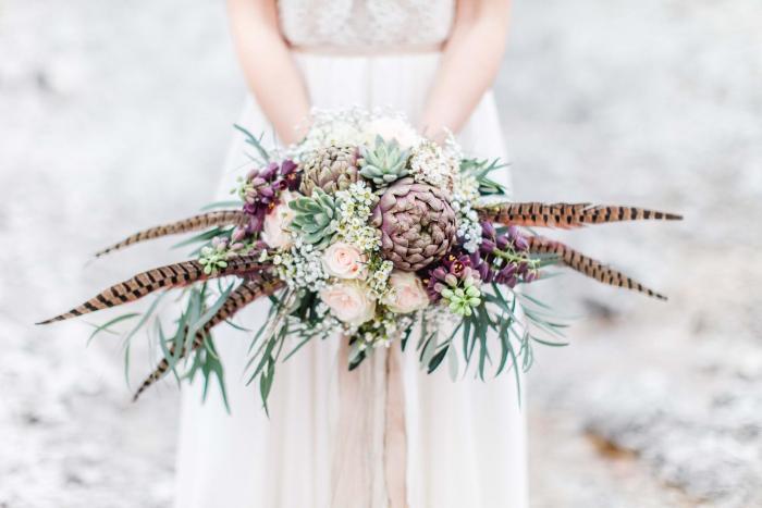 Blumenstrauß mit Artischocken und Federn