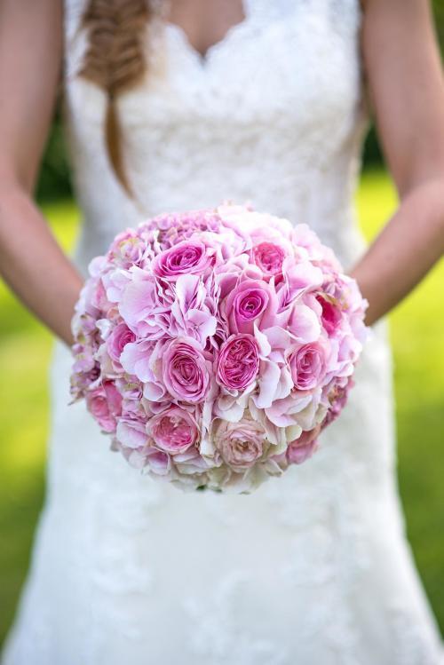 rosa Brautkugel aus Rosen und Hortensien
