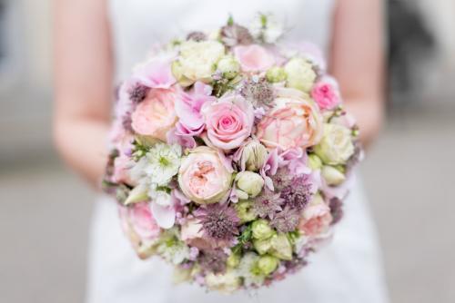 Biedermeierstrauß / Brautkugel in rosa Tönen