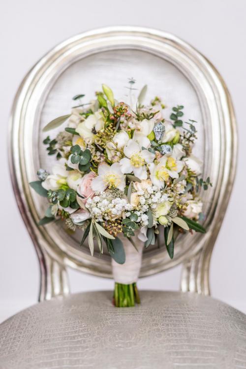 romantischer Brautstrauß in Weiß