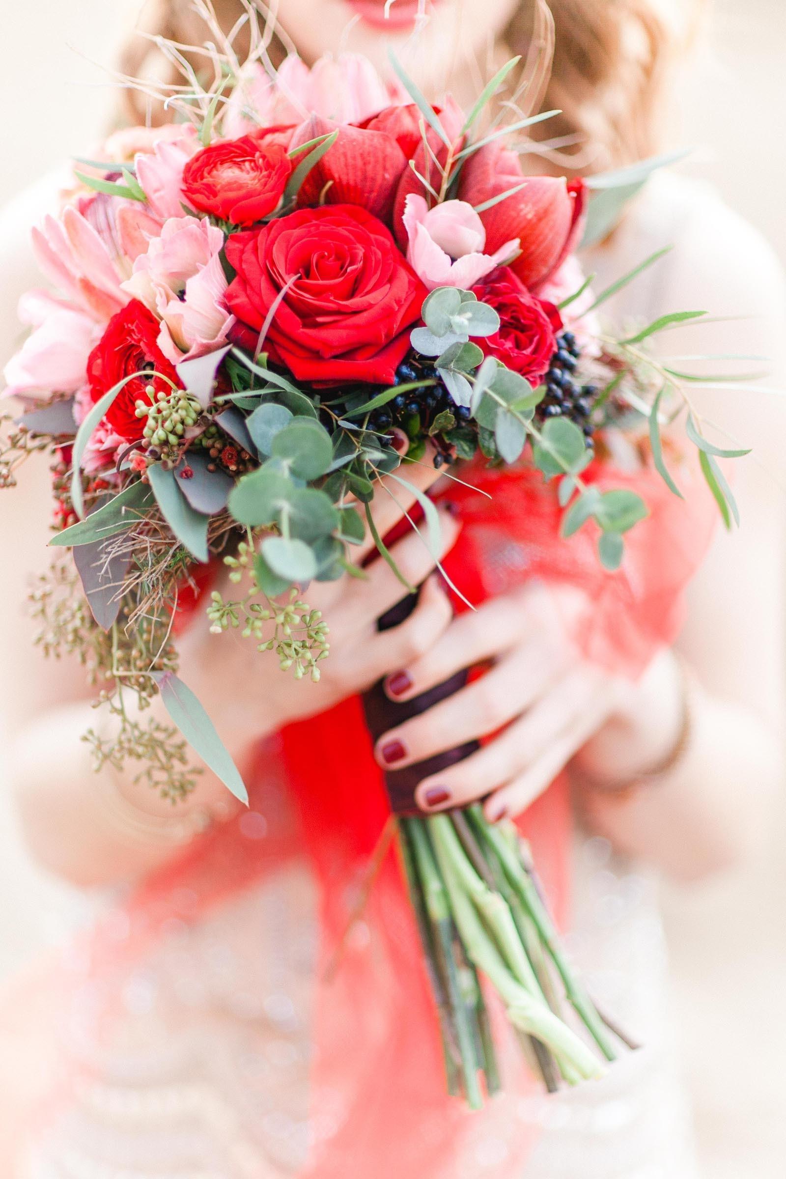 Blumenstrauß aus Rosen und Beeren