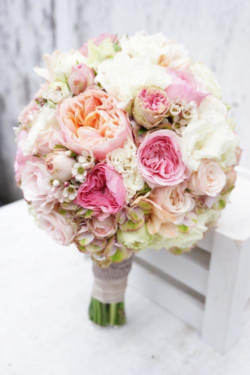 Brautkugel aus Pfingstrosen