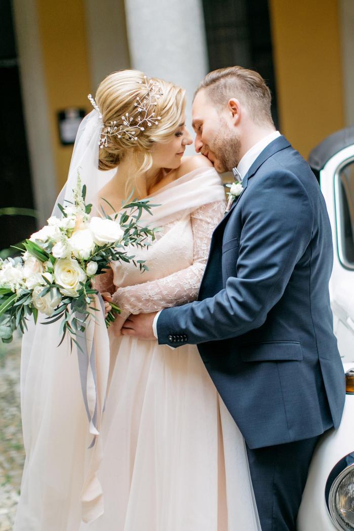 Brautpaar mit Strukturstrauß aus weißen Rosen