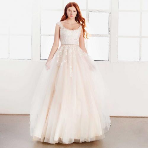 Brautkleid in Nude im Prinzessschnitt mit 3D-Spitze, Rundhals-Ausschnitt, Strassgürtel und Volants von Passions by Lilly, Modell 08-4097