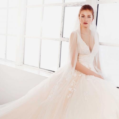 Nudefarbenes Brautkleid im Prinzessschnitt mit 3D-Spitze, V-Ausschnitt und raffiniertem Rücken von Passions by Lilly, Modell 08-4095, Vorderansicht
