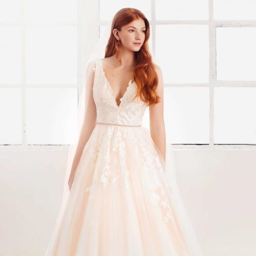 Brautkleid in Nude im Prinzessschnitt mit V-Ausschnitt, 3D-Spitze und schmalem Strassgürtel von Passions by Lilly, Modell 08-4093, Vorderansicht