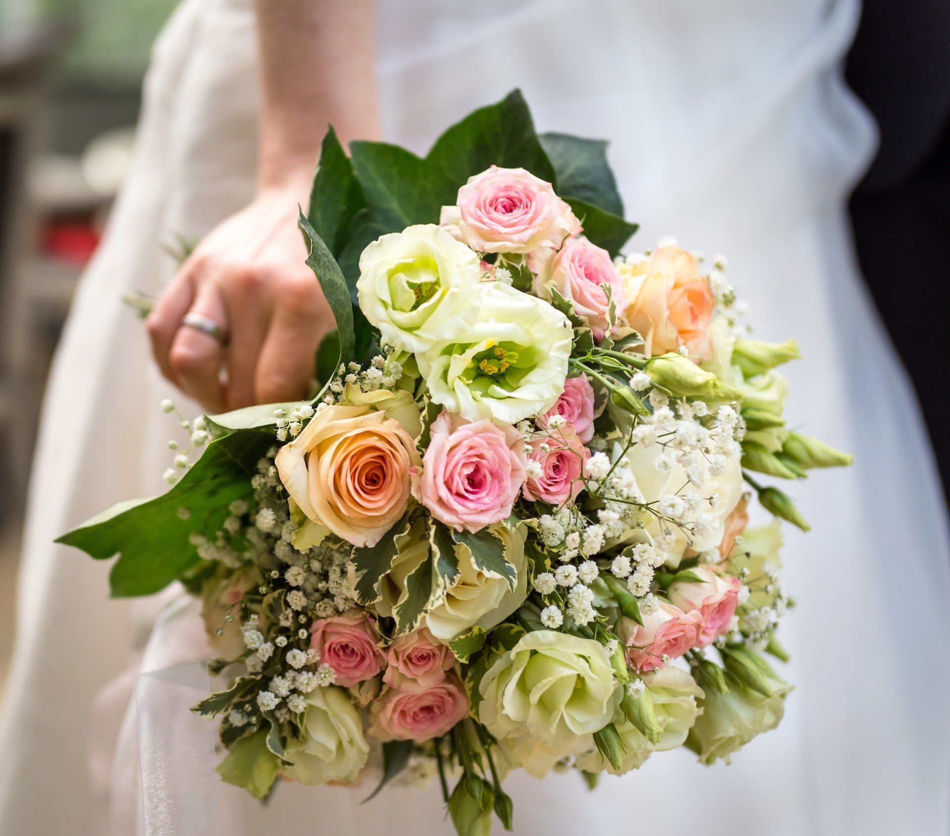 Pastellfarbener Brautstrauß mit Rosen