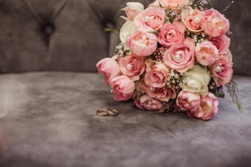 Rosafarbener Brautstrauß mit Perlen