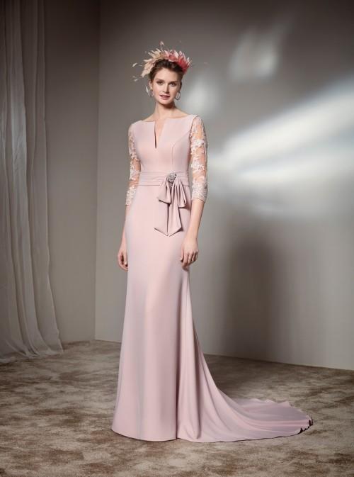 Langes Kleid mit Spitzenärmeln von Fara Fiesta in Rosa