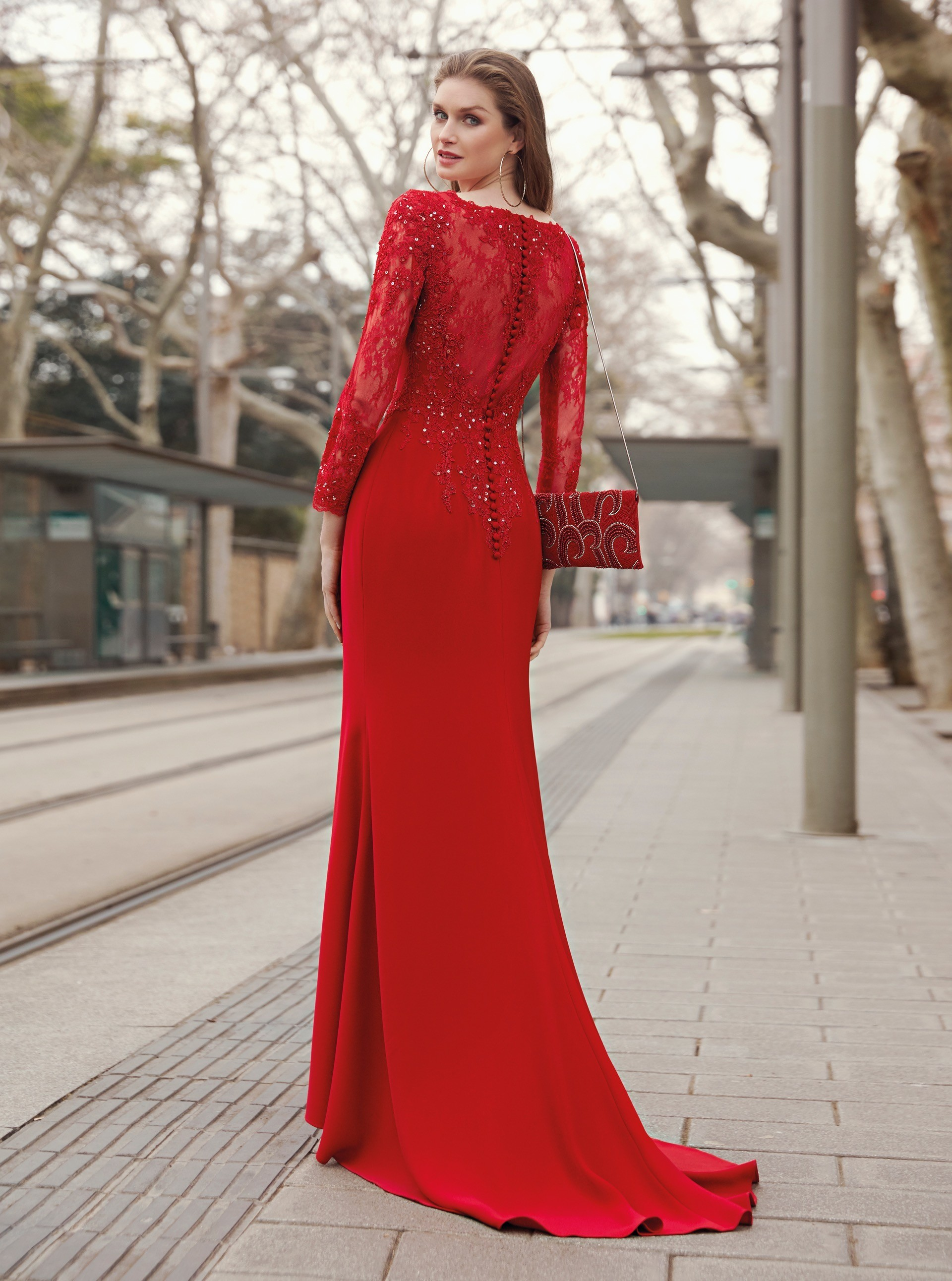Langes Kleid mit Spitzenärmeln im Fit-and-Flare-Schnitt von Fara Fiesta in Rot