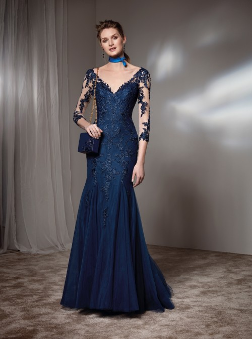 Langes Kleid mit V-Ausschnitt und Spitzenärmeln von Fara Fiesta in Blau