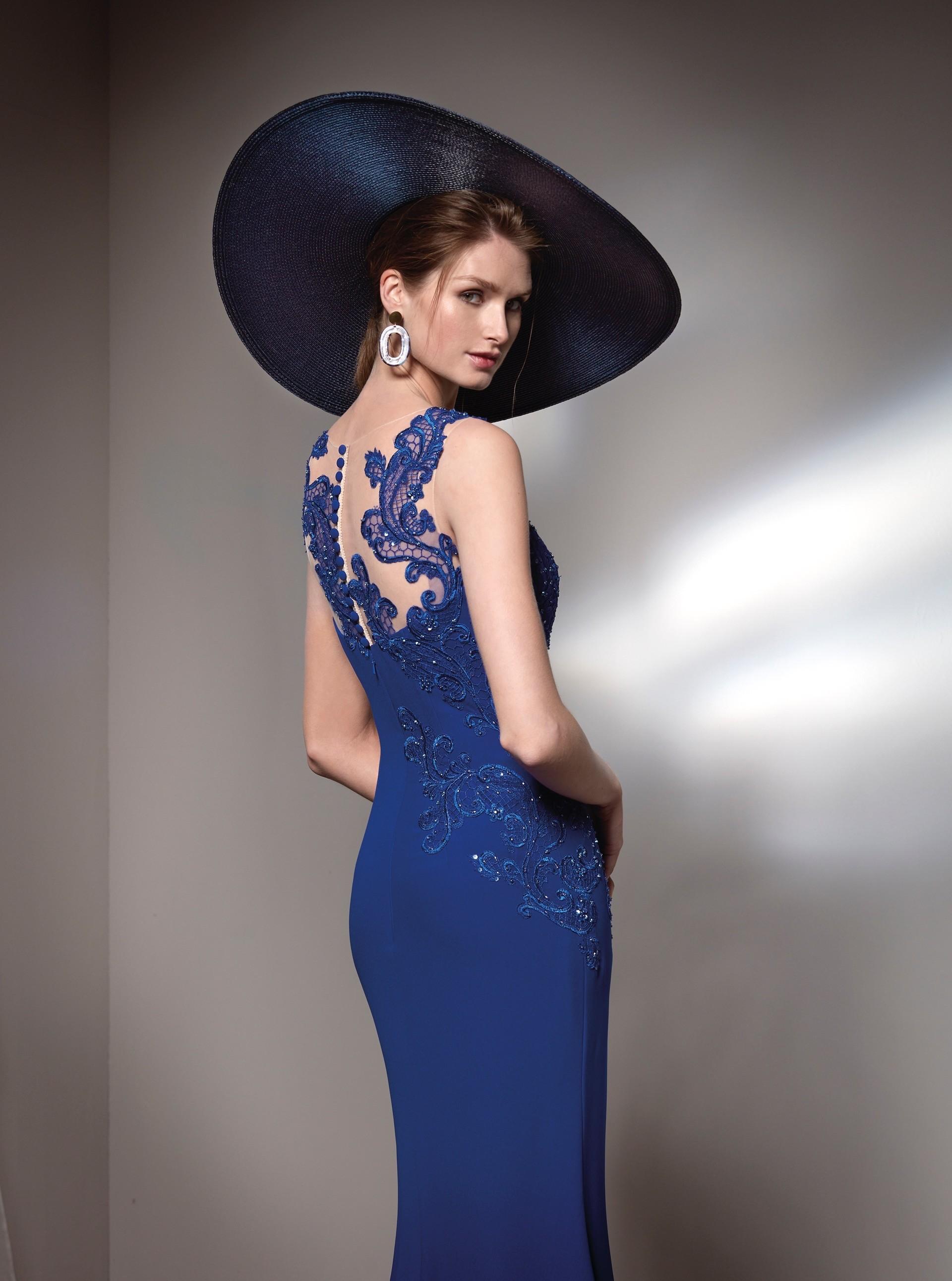 Langes Kleid mit Bleinschlitz und Strassapplikationen von Fara