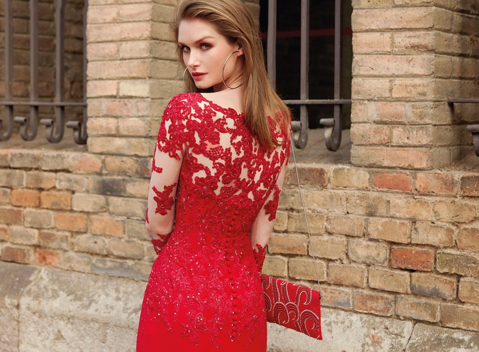 Langes Kleid mit V-Ausschnitt und langen Ärmeln mit Tattoo ...