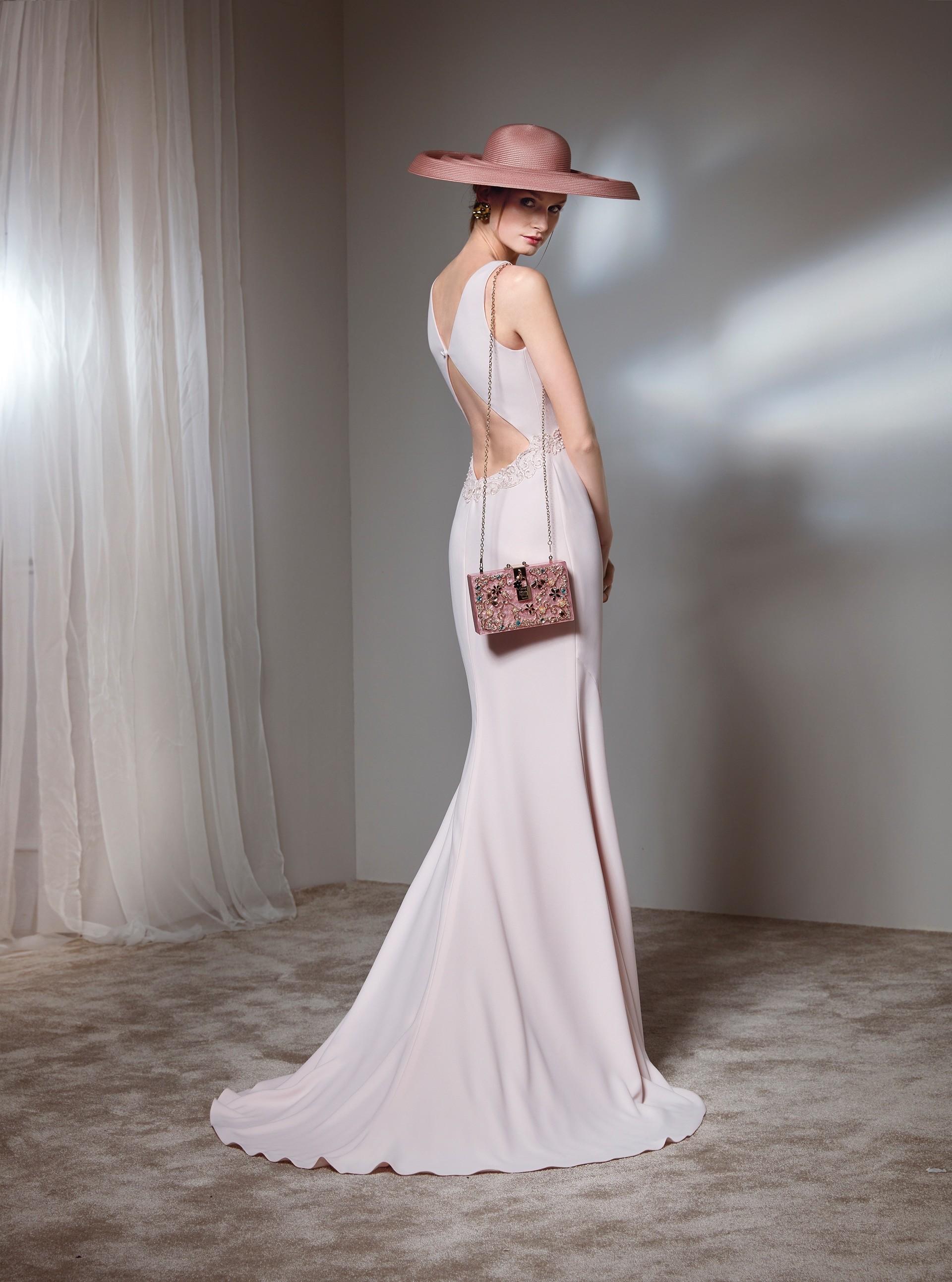 Langes Kleid mit V-Ausschnitt und Strassgürtel von Fara Fiesta in Rosa