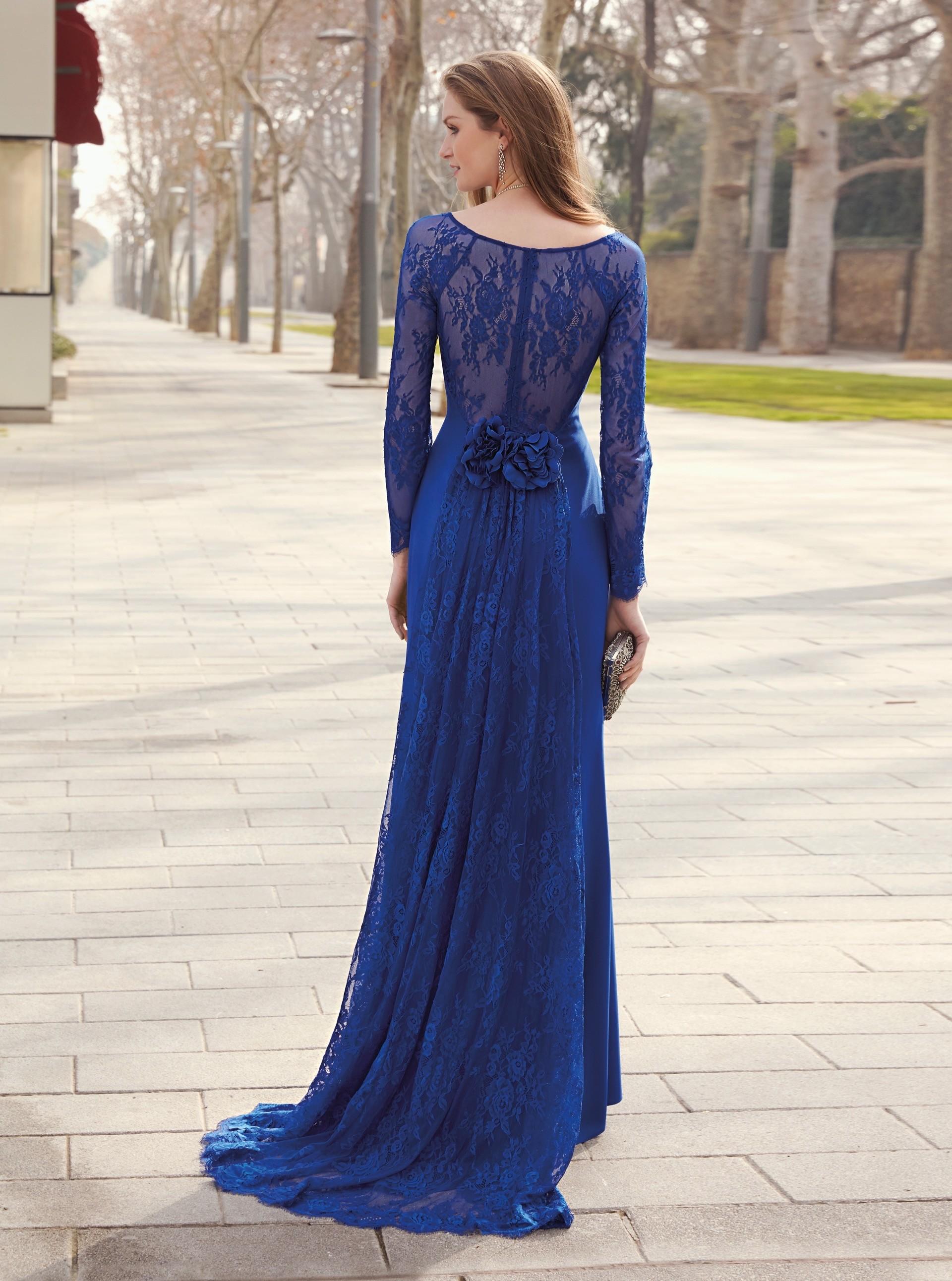 Langes Kleid mit Spitzenärmeln und U-Boot-Ausschnitt von Fara Fiesta in Blau