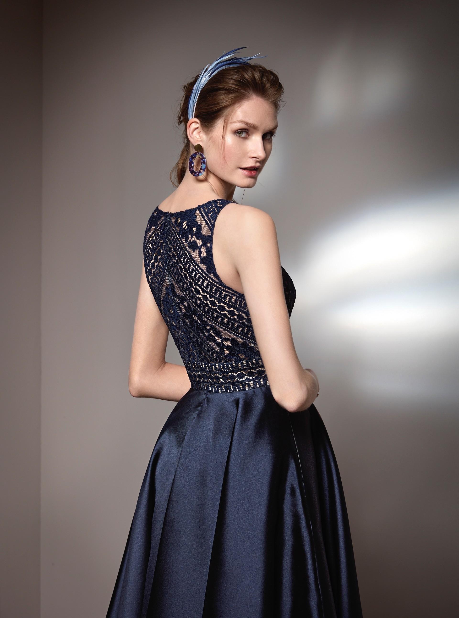 Kleid im Prinzess-Stil mit Rundhals-Ausschnitt, Taschen und Spitzendetails von Fara Fiesta in Blau