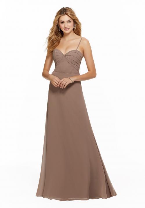 Langes Kleid mit Sweetheart-Ausschnitt und Spaghetti-Trägern von Fara Fiesta in Nude