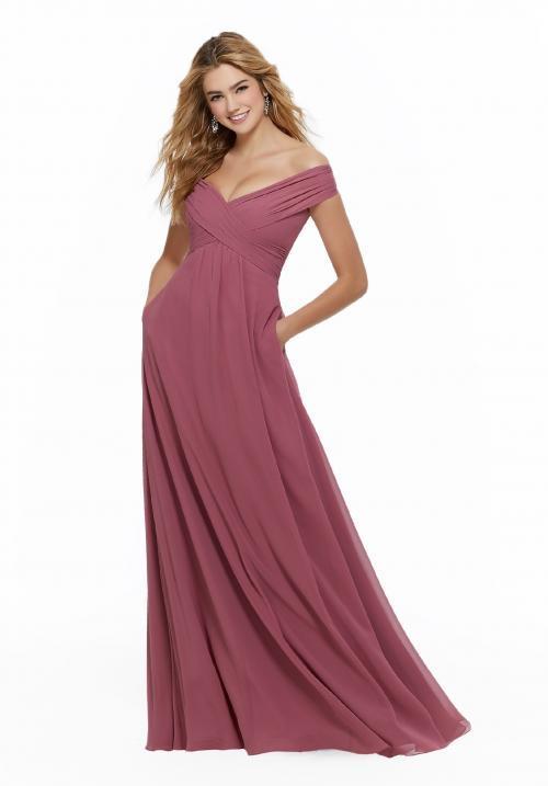 Langes Kleid mit Carmen-Ausschnitt und Empire-Schnitt von Fara Fiesta in Rosa
