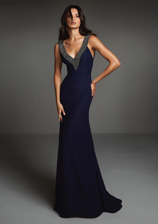 Kleid aus Crêpe in Marineblau mit tiefem V-Ausschnitt mit Schmucksteinbordüre in Silbertönen von Pronovias