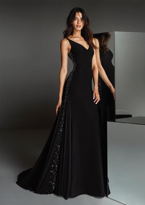 Kleid in A-Linie in Schwarz aus Crêpe mit tiefem V-Ausschnitt und Schmucksteinbesatz entlang des Rocks von Pronovias