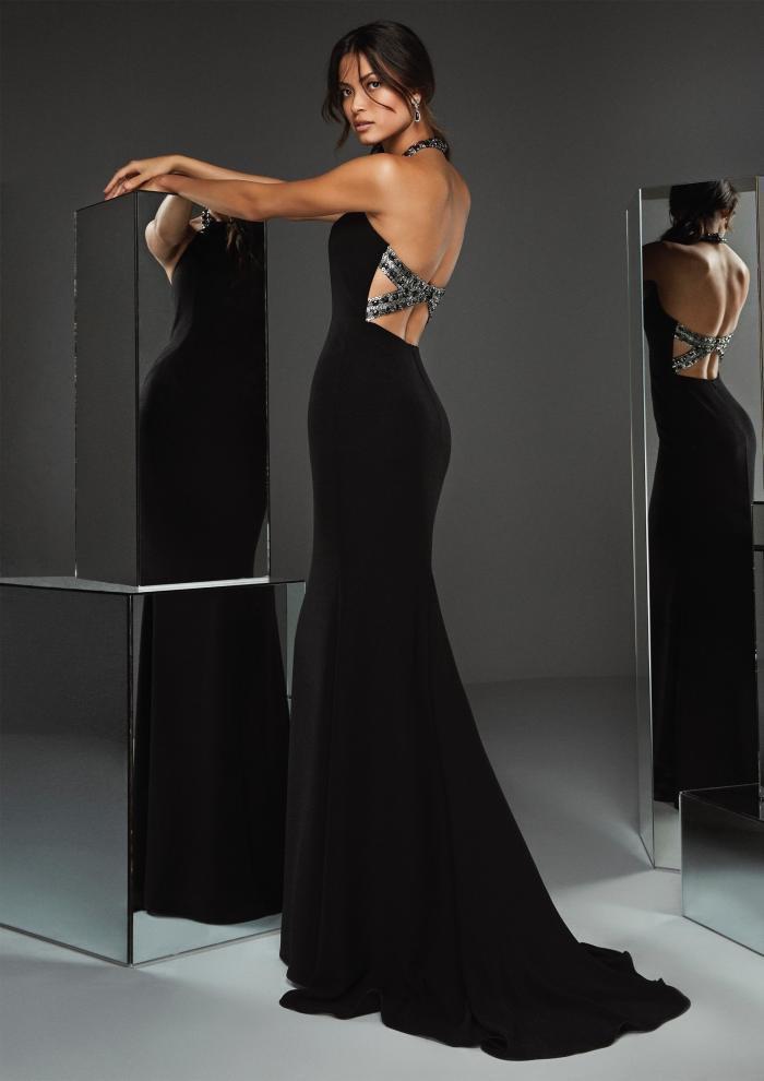 Kleid in Schwarz mit Neckholder-Ausschnitt und überkreuzten Bändern am Rücken von Pronovias