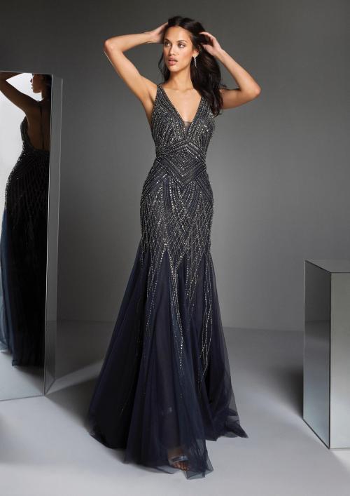 Kleid mit silberfarbener Schmucksteinstickerei, V-Ausschnitt und Meerjungfrau-Stil von Pronovias in Blau