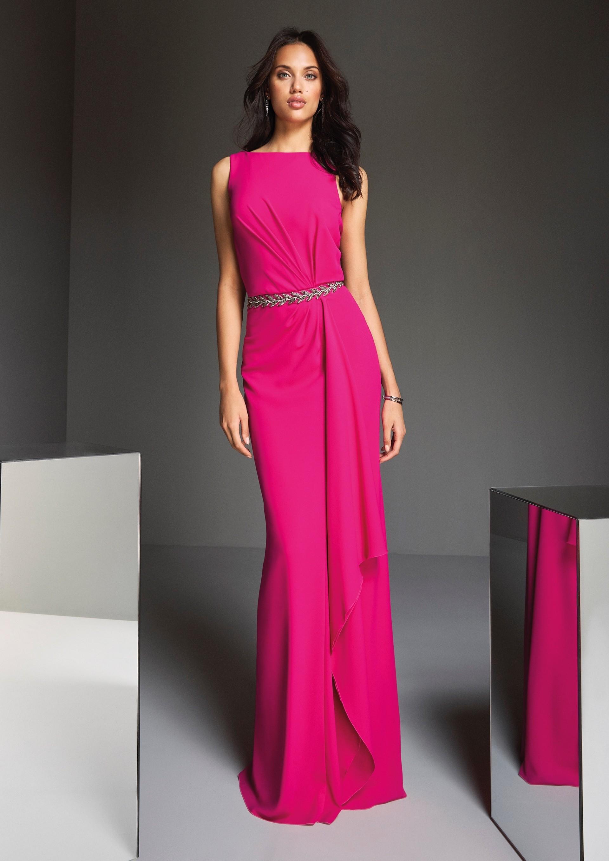 Etuikleid in Pink mit Drapierung an Oberteil und Rock sowie Taillenband von Pronovias