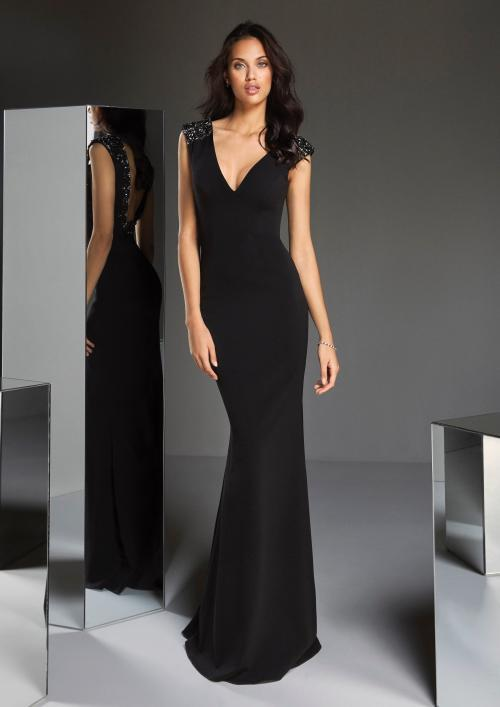 Figurbetontes Kleid in Schwarz mit tiefem V-Ausschnitt und Silberstickerei an den Schultern bis zum Rücken von Pronovias