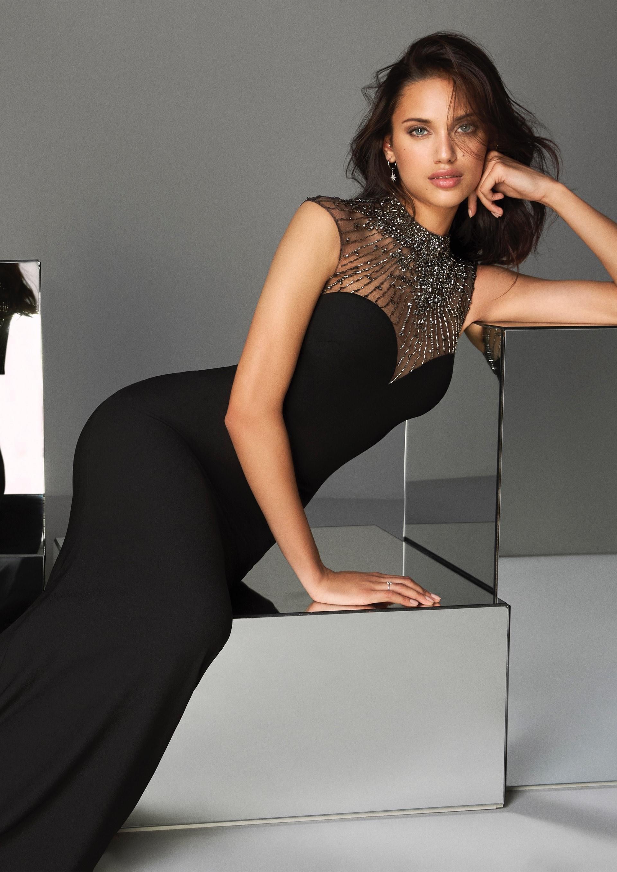 schwarzes kleid mit illusion-auschnitt und flügelärmeln mit