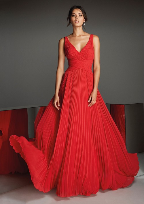 Kleid aus rotem Chiffon mit plissiertem Rock und überkreuztem V-Ausschnitt von Pronovias