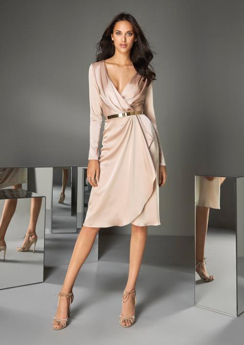 Kurzes Kleid in Wickeloptik aus weichem Satin in Blush von Pronovias
